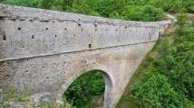 Strutture: Pont d'Ael: restaurato un 'gioiello di ingegneria idraulica del I secolo a.C.' - Sorge presso il villaggio omonimo nel comune di Aymavilles, in Valle d'Aosta, il ponte-acquedotto romano. Gli accurati interventi di recupero hanno richiesto 4 anni di lavori